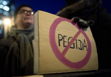 Gegner der Anit Islam Bewegung Pegida demonstrieren am 5 1 2014 in Köln Deutz gegen die Demonstratio