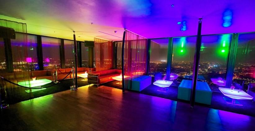Die Lounge der Bar Rouge in Regenbogenfarben. Clubbing deluxe mit atemberaubender Aussicht.