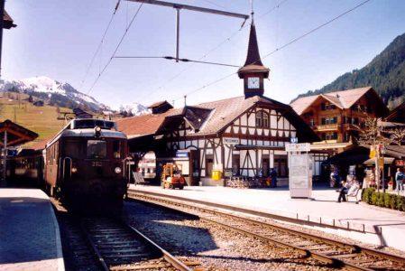 Der Bahnhof Zweisimmen. Hier holt sich April Pallas während ihren Ermittlungen ihre tägliche Ration Schokoriegel.