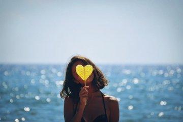 frau meer strand herz haar lolli