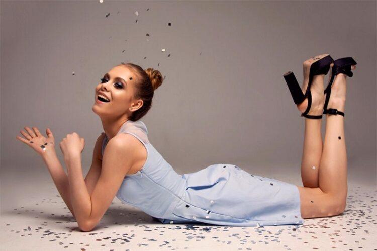 beautiful-brunette-confetti-party-festliche-frisur-femmes-lange-haare-fotoshooting (2)
