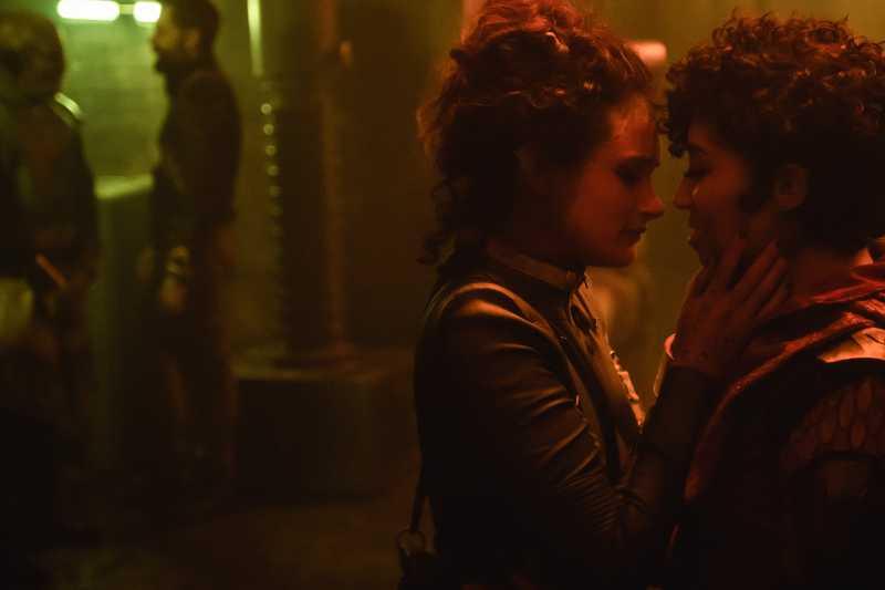 lesbische-serie-film-vagrant-queen-szenenbild-alex-mcgregor-adriyan-rae-kissing